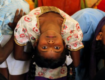 DEBOUT - Inde enfants centre Iyengar